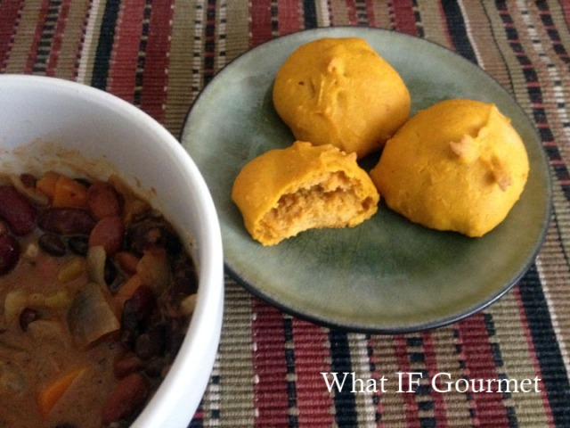 Savory pumpkin pão with spicy black bean chili.